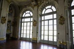 Grandes fenêtres avec la décoration chez Palazzina di Caccia de Stupinig Image stock