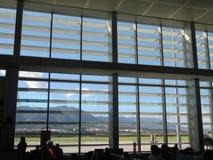 Grandes fenêtres dans le salon de départ d'aéroport de Malaga Photos libres de droits