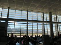 Grandes fenêtres dans le salon de départ d'aéroport de Malaga Images libres de droits