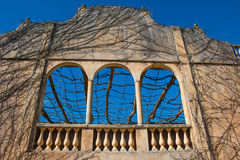 Grandes fenêtres extérieures avec le ciel bleu Photo libre de droits