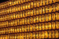 Grandes fileiras de lanternas japonesas do ângulo lateral fotografia de stock