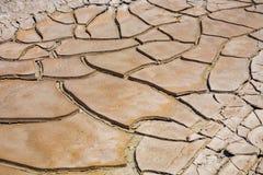 Grandes fissures de ruminage de boue et tuiles sèches de boue dans le Death Valley photos libres de droits