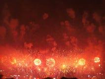 grandes fogos de artif?cio em Hong Kong pela ba?a de Victoria foto de stock royalty free