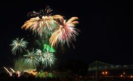 Grandes fogos-de-artifício sobre a ponte Imagens de Stock