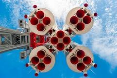 Grandes foguetes do bocal contra o céu azul Imagens de Stock