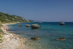 Grandes formations de roche dans une baie rocheuse de turquise dans Kefalonia Photographie stock libre de droits