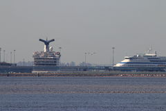 Grandes forros do cruzeiro no porto Imagens de Stock Royalty Free