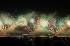 Grandes fuegos artificiales en la playa de Copacabana Imagenes de archivo