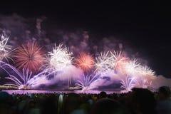 Grandes fuegos artificiales en la playa de Copacabana Imágenes de archivo libres de regalías