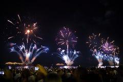 Grandes fuegos artificiales en la playa de Copacabana Imagen de archivo libre de regalías