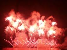 Grandes fuegos artificiales rojos Imagenes de archivo