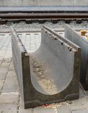 Grandes gouttières concrètes de drainage pour le réseau d'égouts de rue photo stock