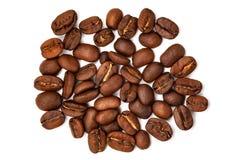 Grandes graines de café dispersées Image libre de droits