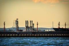 Grandes grues de portique au port de Danzig, Pologne Photos stock