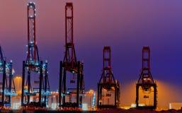 Grandes grues de quai la nuit Images stock