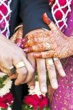 Grandes hindúes casandose ahora le son están verticalmente Fotos de archivo libres de regalías
