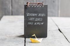 Grandes ideais - objetivo ajustado - tomam a ação, escrita na tampa do caderno Motivação para o negócio e o esporte Imagens de Stock Royalty Free