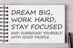 Grandes ideais, trabalham duramente, ficam focalizados e cercam-se com vão imagem de stock