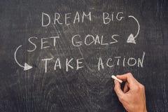 Grandes ideales - meta determinada - toman medidas, escritura encendido en un tablero de tiza Imagen de archivo