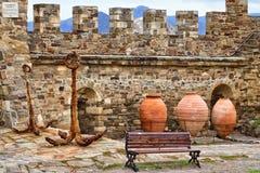 Grandes jarros, âncora velha e banch Imagem de Stock