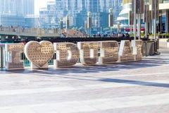 Grandes lettres métalliques ` De Dubaï d'amour du ` I d'inscription Près du mail de Dubaï DU CENTRE, DUBAÏ, EAU Image stock