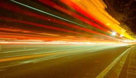 Grandes lumières de voiture de route urbaine la nuit Image libre de droits