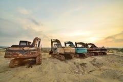 Grandes máquinas escavadoras no fulgor do por do sol do nascer do sol da expressão artística Fotografia de Stock
