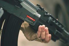Grandes mains d'homme d'arme à feu Photographie stock libre de droits