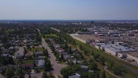 Grandes maisons de prairie et centre commercial d'en haut, Alberta, Canada banque de vidéos