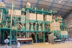 Grandes moinhos de arroz modernos em Tailândia. Imagens de Stock