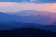Grandes montañas ahumadas de la puesta del sol Imagen de archivo libre de regalías