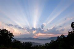 Grandes montañas ahumadas de la salida del sol Foto de archivo libre de regalías