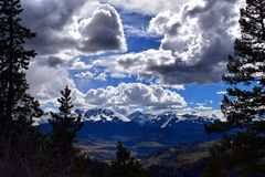 Grandes montagnes de ciel bleu Photographie stock libre de droits