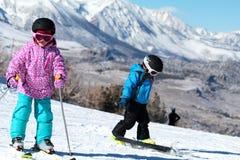 Grandes montagnes de petit amour de skieurs Images stock