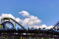 Grandes montagnes russes en parc d'attractions photos libres de droits