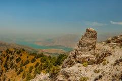 Grandes montanhas de pedra alongadas no fundo Imagens de Stock Royalty Free