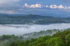 Grandes montanhas fumarentos fotos de stock
