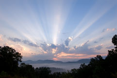 Grandes montanhas fumarentos do nascer do sol Foto de Stock Royalty Free