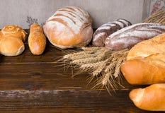 Grandes nacos de pão com hastes do trigo Imagem de Stock Royalty Free