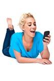 Grandes noticias por el mensaje de texto en el teléfono celular Fotografía de archivo libre de regalías