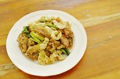 Grandes nouilles de riz frites avec du porc et le légume en sauce de soja noire de plat Image libre de droits