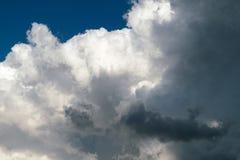 Grandes nuvens de cúmulo e nuvens de chuva escuras Fotos de Stock Royalty Free