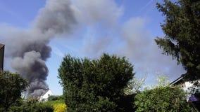 Grandes nuvens de fumo pretas, fogo na cidade video estoque
