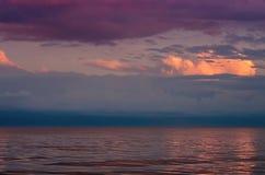 Grandes nuvens de tempestade no mar de Azov, iluminado pelo sol de ajuste, o horizonte de mar fotos de stock royalty free