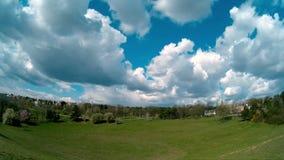 Grandes nuvens que movem-se sobre o campo vídeos de arquivo