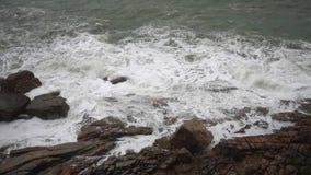 Grandes ondas da tempestade que deixam de funcionar em rochas no movimento lento filme