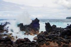 Grandes ondas que deixam de funcionar sobre rochas foto de stock royalty free