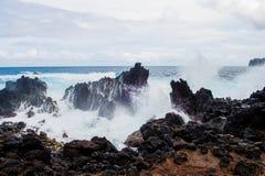 Grandes ondas que deixam de funcionar sobre rochas fotografia de stock