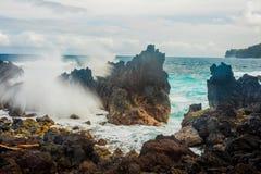 Grandes ondas que deixam de funcionar sobre rochas imagens de stock