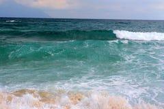 Grandes ondes en Grèce photographie stock libre de droits